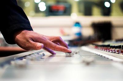 Image d'une console de mixage, elle symbolise les médias